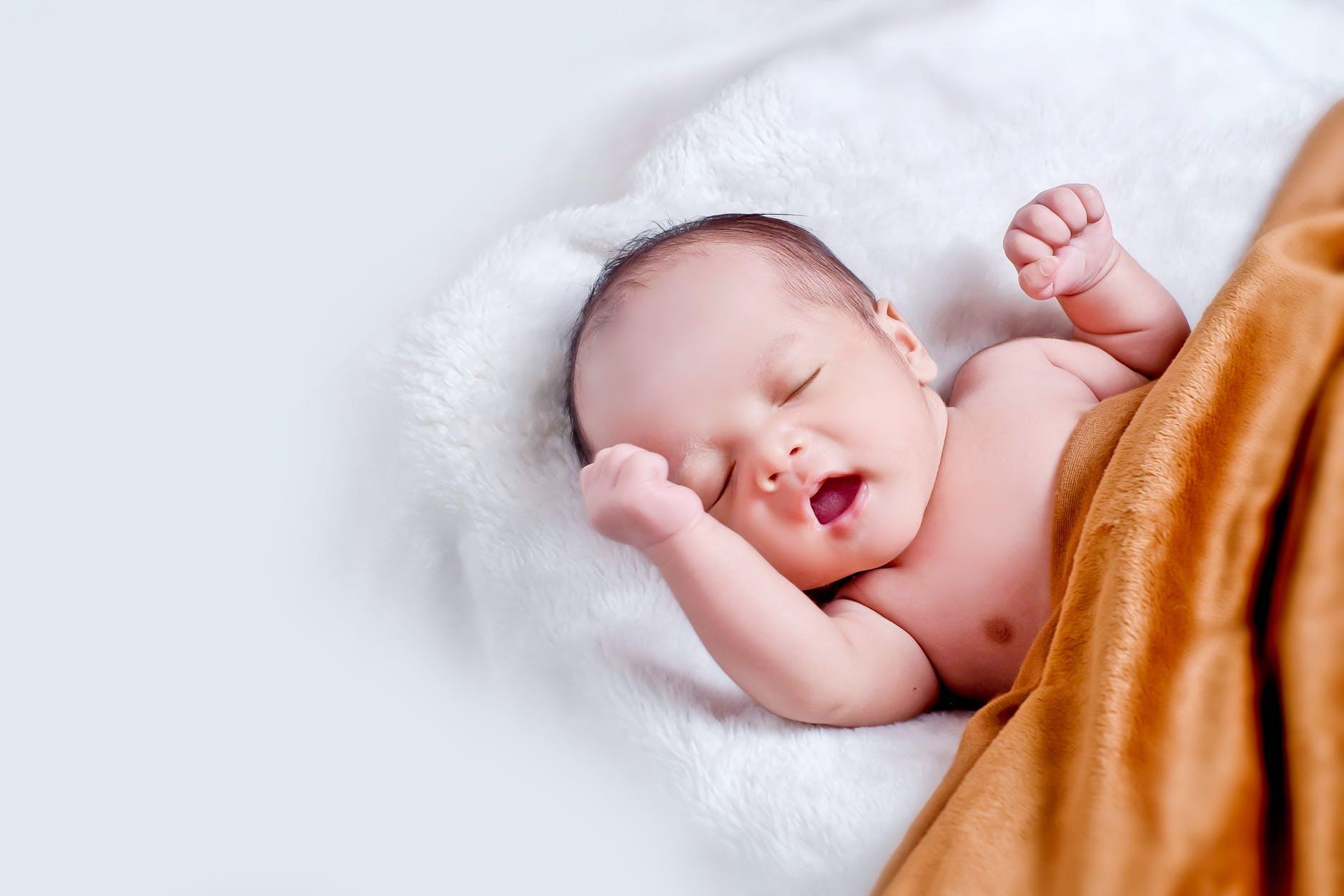 Un beau bébé après une césarienne.
